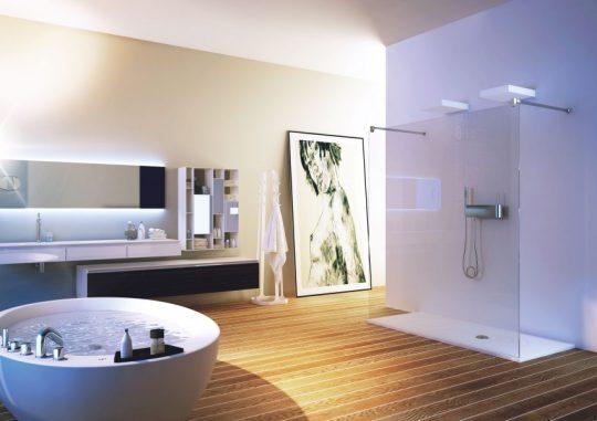 Ejemplo perfecto de un cuarto de baño donde las lineas simples de los muebles y sanitarios hacen sobresalir al conjunto