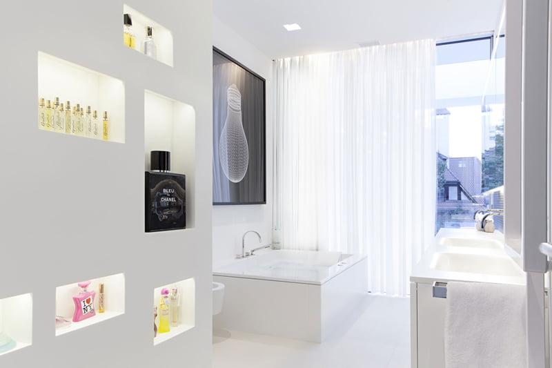 Cuarto de baño con elementos decorativos de arte