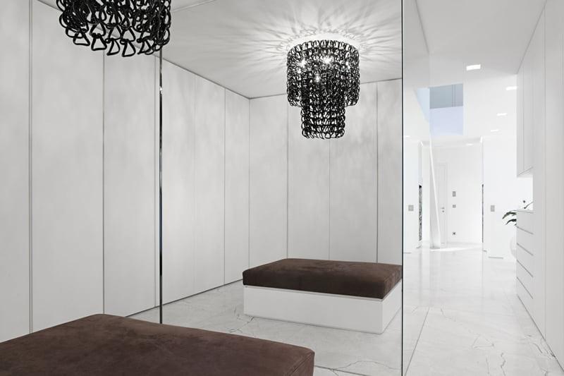 Lámparas con eslabones de metal son elementos decorativos integrados a la casa