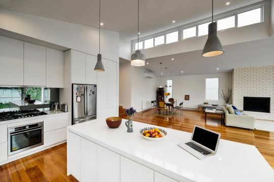 Espacioso ambiente de la sala, comedor y cocina
