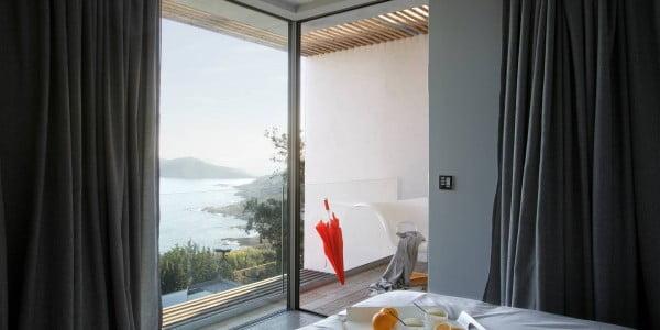 Si nos fijamos bien podemos ver como el vidrio laminado transparente en el balcón del segundo piso permite que la vista al mar se mantenga sin obstáculos que impidan su visión