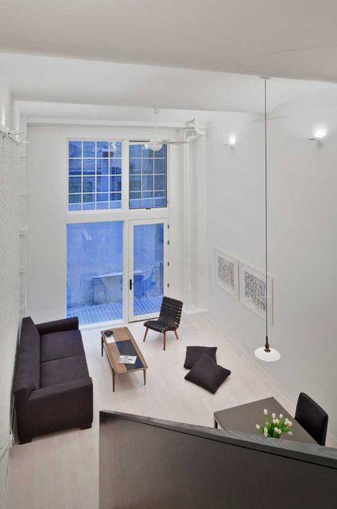 Vista de la pequeña sala desde el dormitorio ubicado en el mezzanine