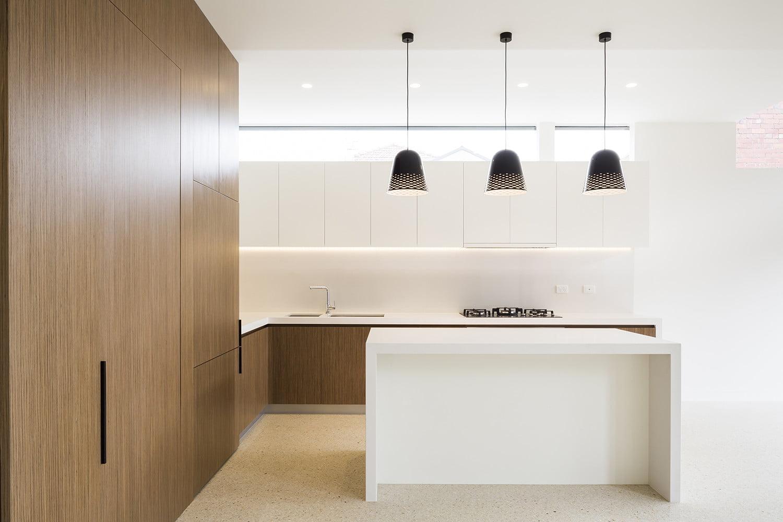 Vista frontal de la cocina con isla