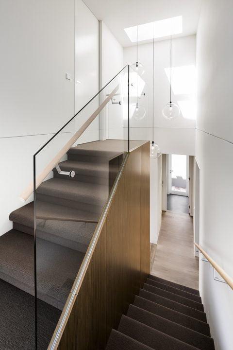 Diseño de escaleras que conducen al dormitorio ubicado en la planta superior
