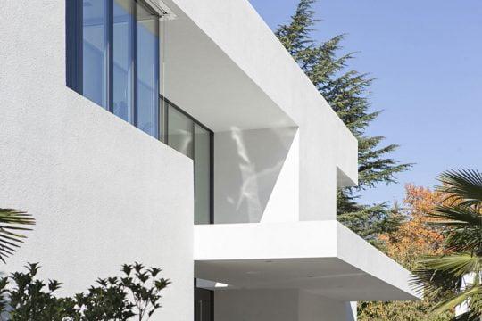 Moderna casa de dos pisos con piscina | Constructora Paramount