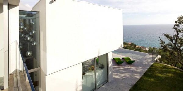 El perfil de la casa nos permite ver la textura lisa de las paredes junto con los vidrios tintados