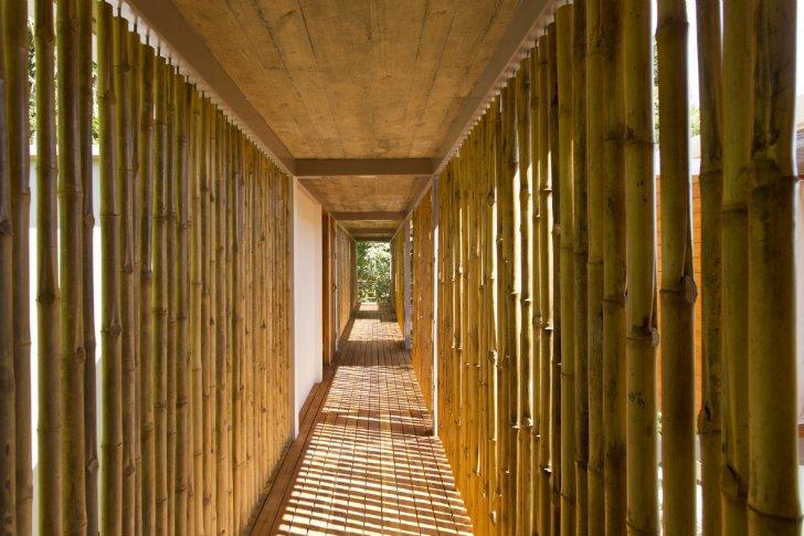 Un tipo de cerramiento con bambú para un pasaje de la casa, en Construye Hogar hemos visto otros tipos de cercos de casas que usan también este material orgánico