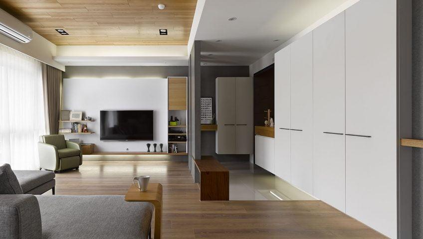 Vista de la sala y a la derecha el ingreso principal al departamento – Fotos: Mwphotoinc / Diseño: HOYA Design