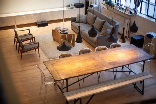 Se ha conseguido darle un ambiente cálido a la decoración de interiores del apartamento a pesar del estilo industrial