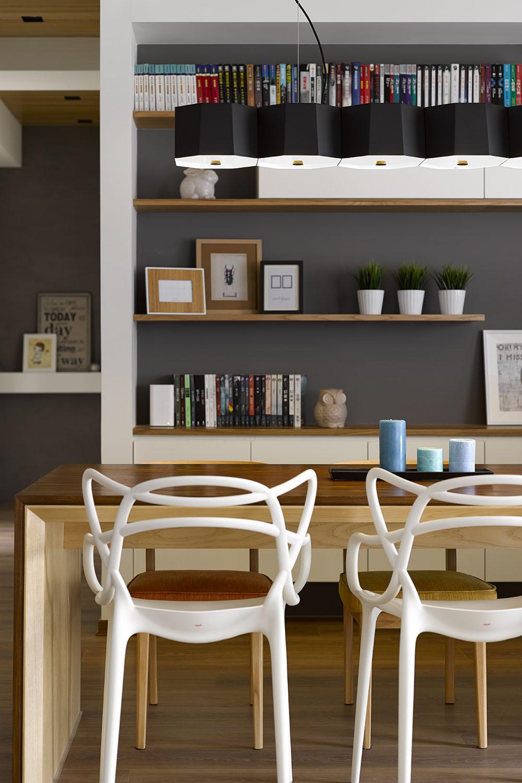 Vista del juego de comedor con sillas de estilo orgánico