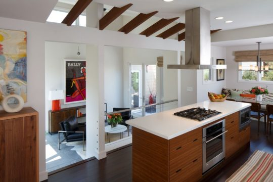 Diseño de isla de cocina, frente a la cocina podemos ver un área polivalente (Flex space)