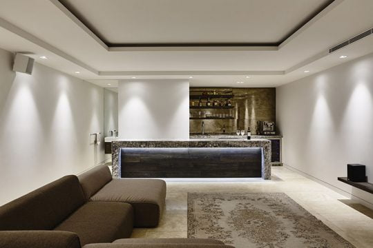 Sala multimedia con bar ubicados en el sótano de la casa