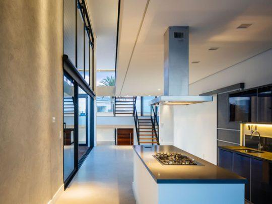 La cocina es de diseño minimalista y de distribución lineal