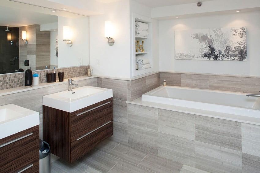 Diseño del cuarto de baño con muebles de madera de color nogal combinados con sanitarios de color blanco, el diseño de azulejos tiene un estilo textil