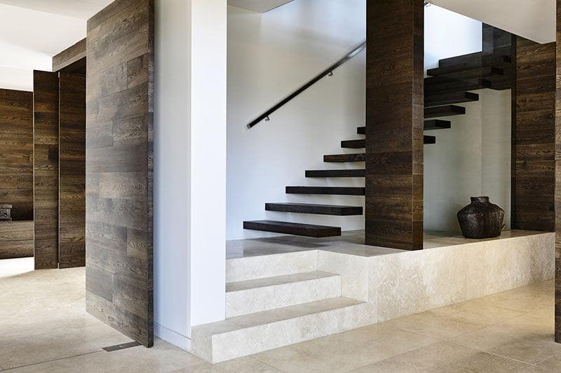 Diseño de las modernas escaleras con peldaños adheridos a la pared
