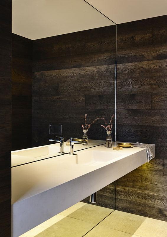 Diseño de lavabo blanco delante de un gran espejo