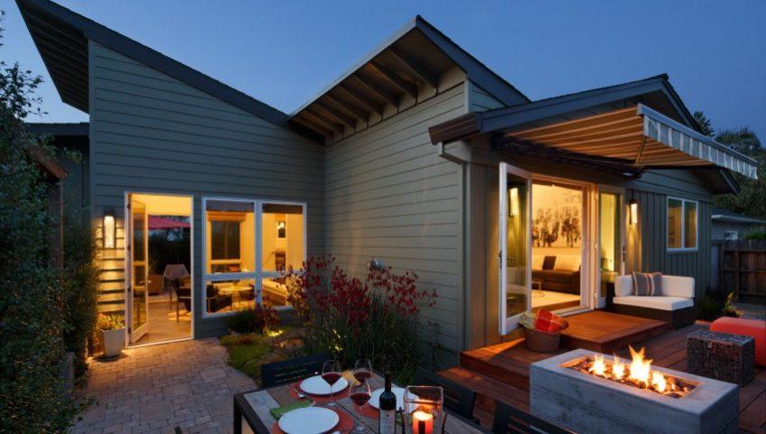 Un interesante trabajo con los techos inclinados le dan a la casa un aspecto moderno y permiten tener un interior fresco y con sensación de amplitud (Diseño: Amy Alper)