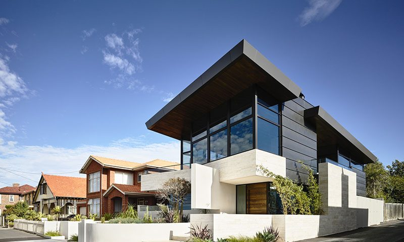 Fachada principal de la moderna casa – Fotos: Derek Swalwell / Diseño: Steve Domoney Architecture