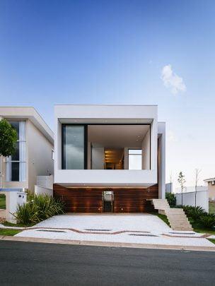 Vista frontal de la moderna vivienda