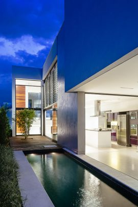 Fachada lateral de la moderna vivienda