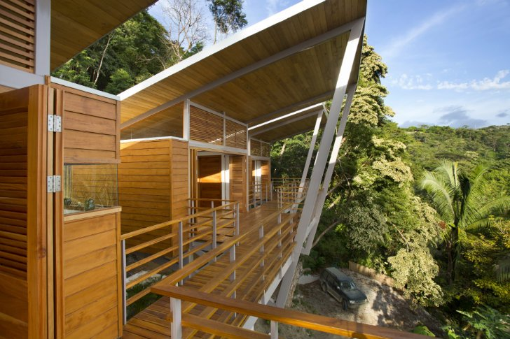 Como se puede ver en la vista frontal de la casa el techo es alto para la ventilación apropiada de la casa, tiene vista al océano