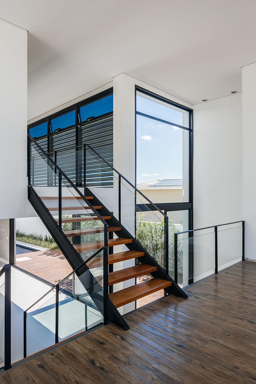 Las escaleras de metal y peldaños de madera son ligeras y permiten el ingreso de la luz a través de ellas, de esta forma este elemento de circulación vertical no obstaculiza las visuales de la casa que se muestra abierta y amplia desde el interior.