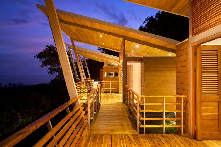Una vista nocturna de la vivienda