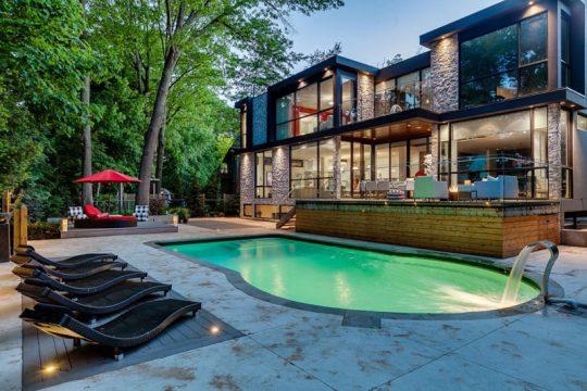 Diseño de la fachada posterior donde se ubica la piscina
