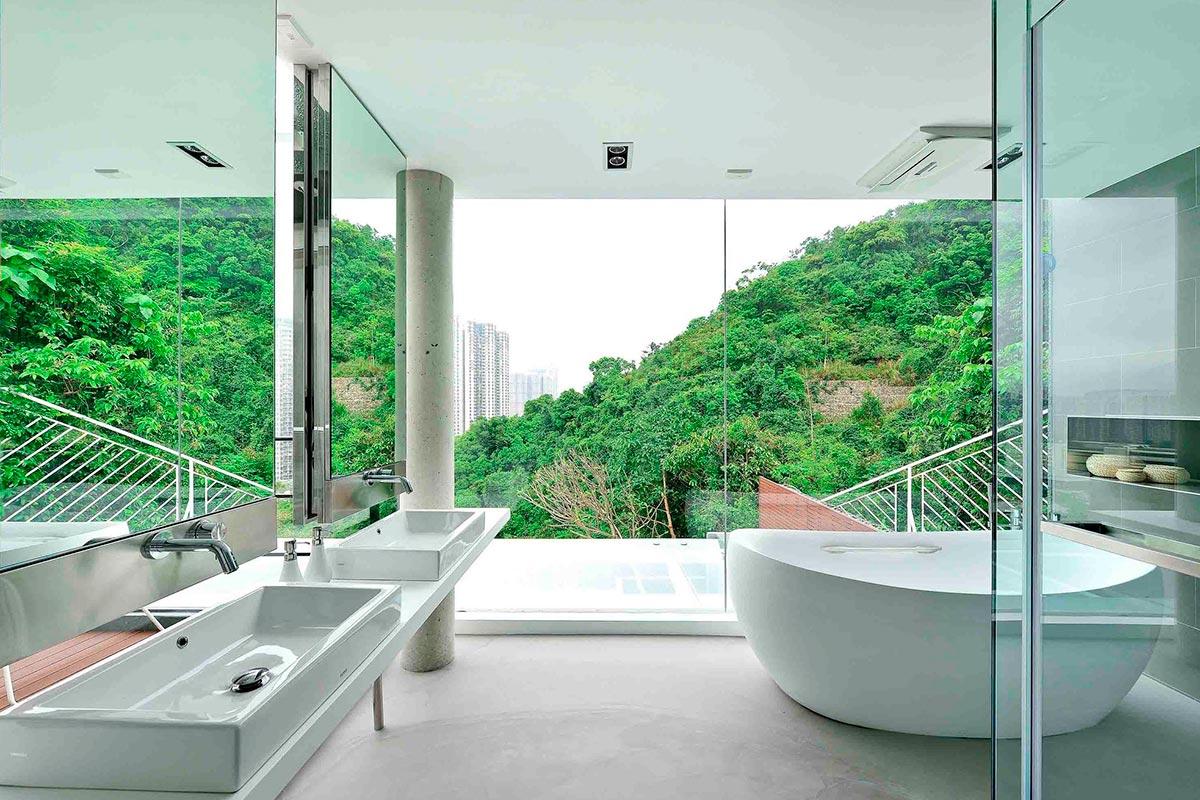 Cuarto de baño con vistas hacia el exterior