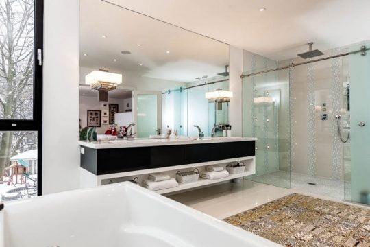Dos lavatorios en el cuarto de baño