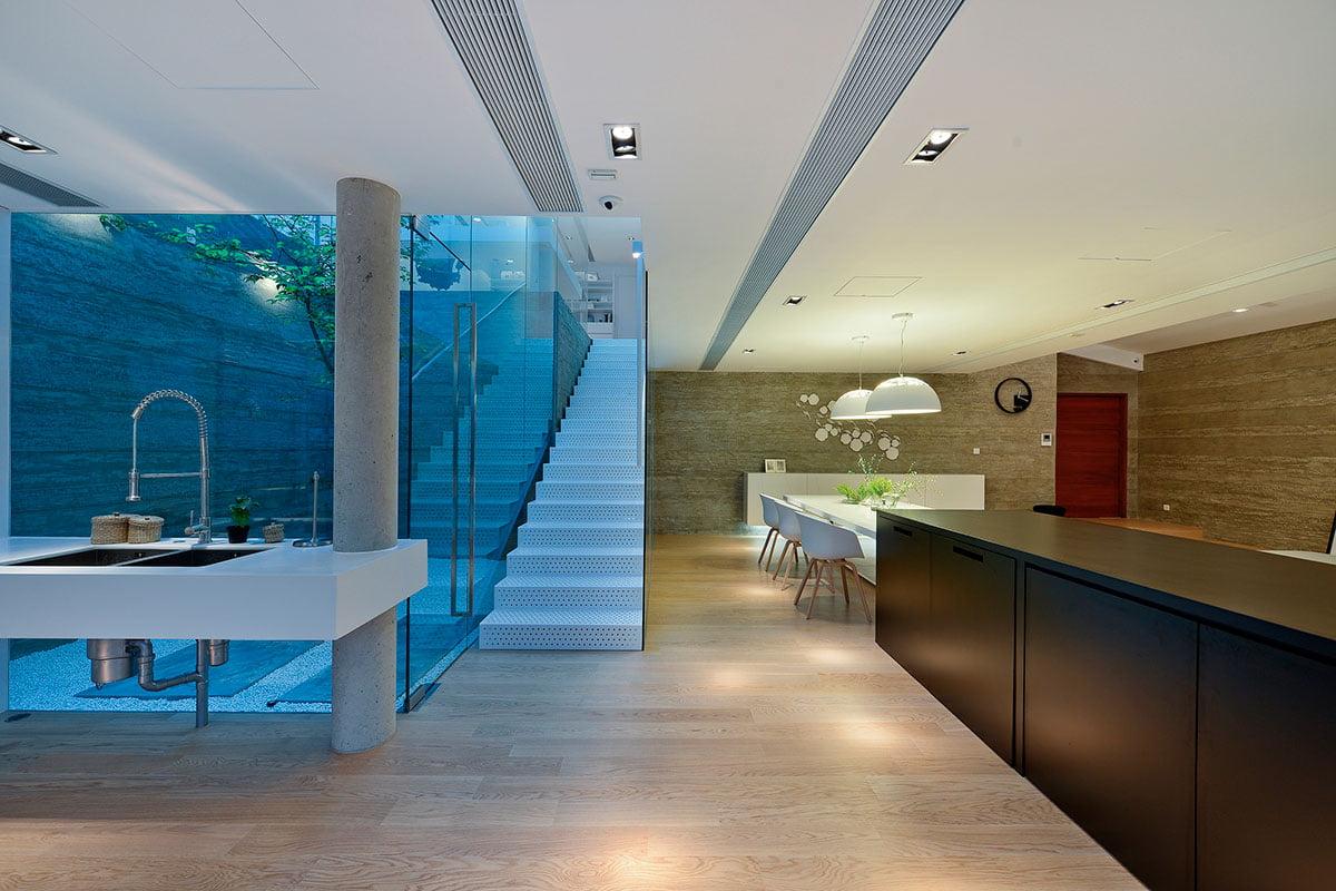 Modernas escaleras de metal de un solo tramo