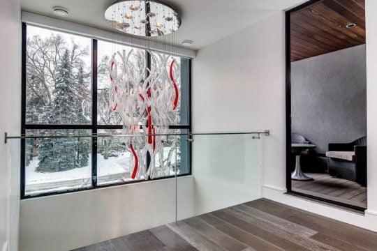 Diseño de casa de dos pisos que impresiona con fachada rústica y decoración de interiores contemporáneo | Constructora Paramount