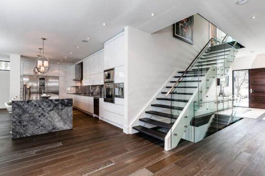 Diseño de escaleras con protección de vidrio laminado