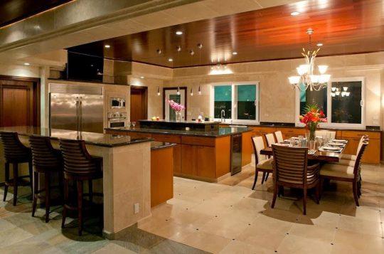 Cocina de la mansión que como casi todos los diseños de casas de lujo es de acabados brillantes
