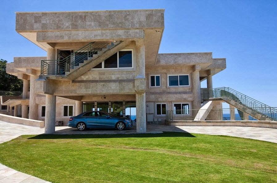 La fachada se muestra sólida y robusta, el acabado mantiene los colores de la arena de la playa