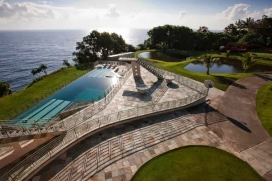 Una piscina olímpica para la mansión, además cuenta con pista de tenis y golf