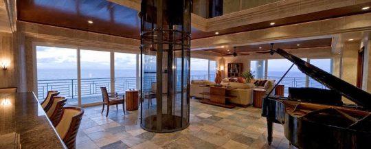 Se puede acceder a la sala de la mansión a través de un ascensor circular que es ideal para personas con discapacidad