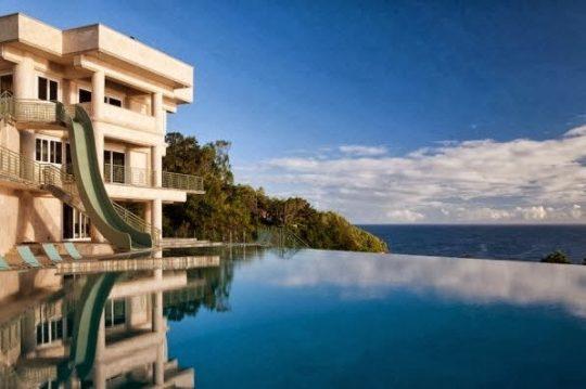 La piscina de la mansión parece ser una continuación del mar, a ella se puede acceder directamente desde los pisos superiores