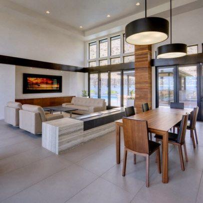 Diseño de la sala, podemos ver como la misma madera de exteriores se ha aplicado al interior, las paredes blancas con detalles en negro se replican en la decoración de interiores
