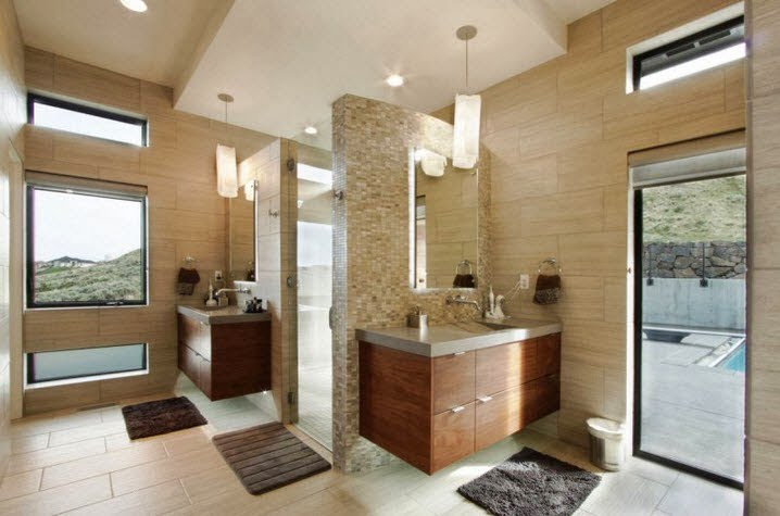 Un gran cuarto de baño para esta casa grande, nótese como los colores se basan en la escala de beige del entorno