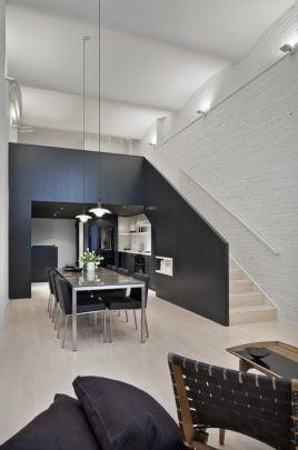 Diseño interior del apartamento, la estructura pintada de color negro es el elemento principal desde el que giran los demás elementos (Diseño: Cooper Joseph Studio)