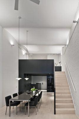 Vista frontal del apartamento, en esta foto podemos ver los pisos de madera de color natural