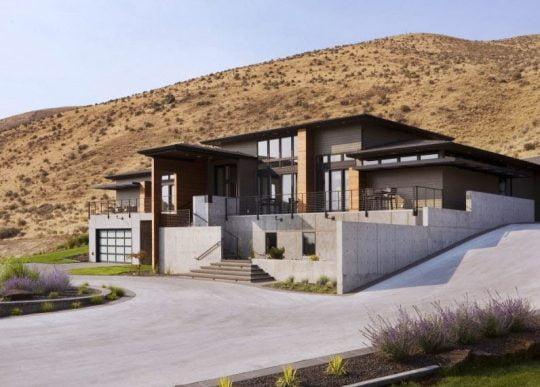 Perspectiva de la casa, podemos ver como los desniveles son parte natural de este tipo de edificaciones de entornos rurales
