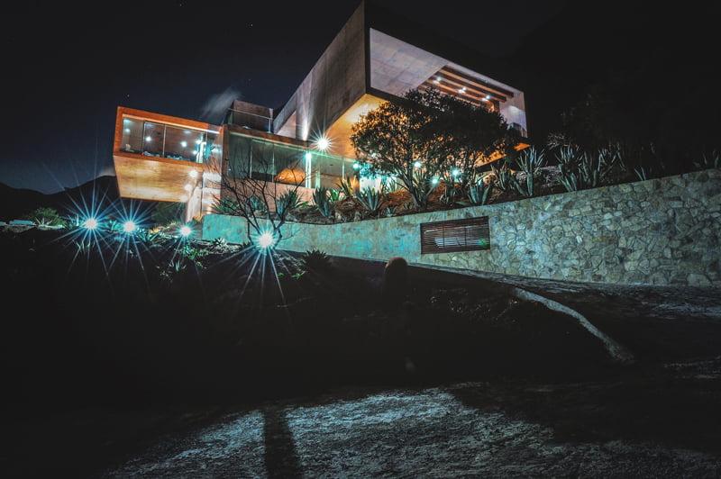 Hermosa vista de la casa por la noche