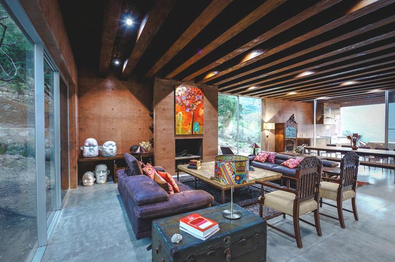 Un baúl antiguo, cabezas de piedra y un cuadro de arte son parte de la decoración de interiores de la sala