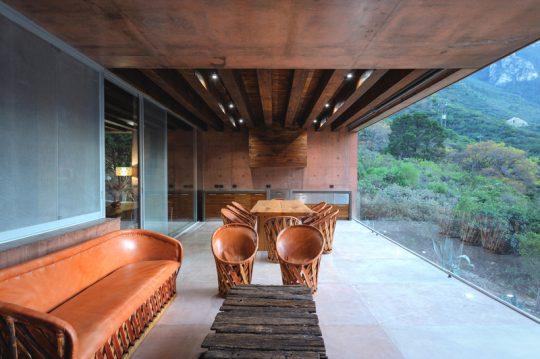 Juego de muebles y comedor trabajados en cuero son parte del diseño de la terraza
