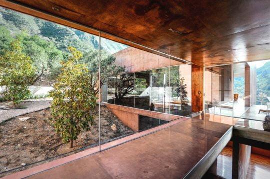 Diseño de moderna casa en la montaña construida en hormigón, imponente fachada y decoración rústica | Constructora Paramount