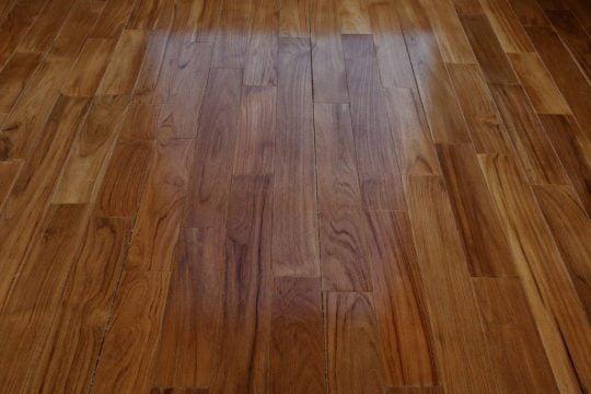 piso de madera brillante